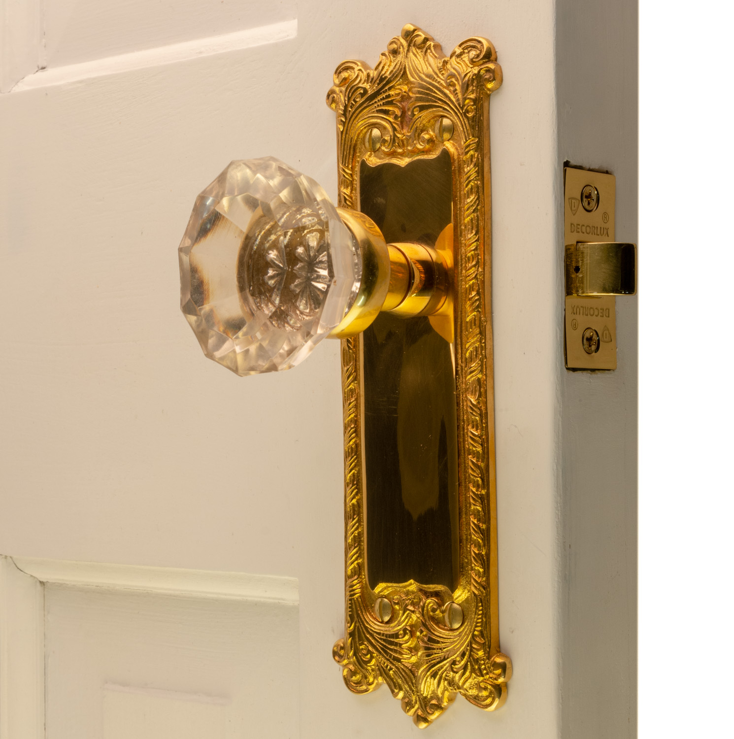 Picture of: The Classic Passage Set In Polished Brass With Glass Door Knobs The Kings Bay