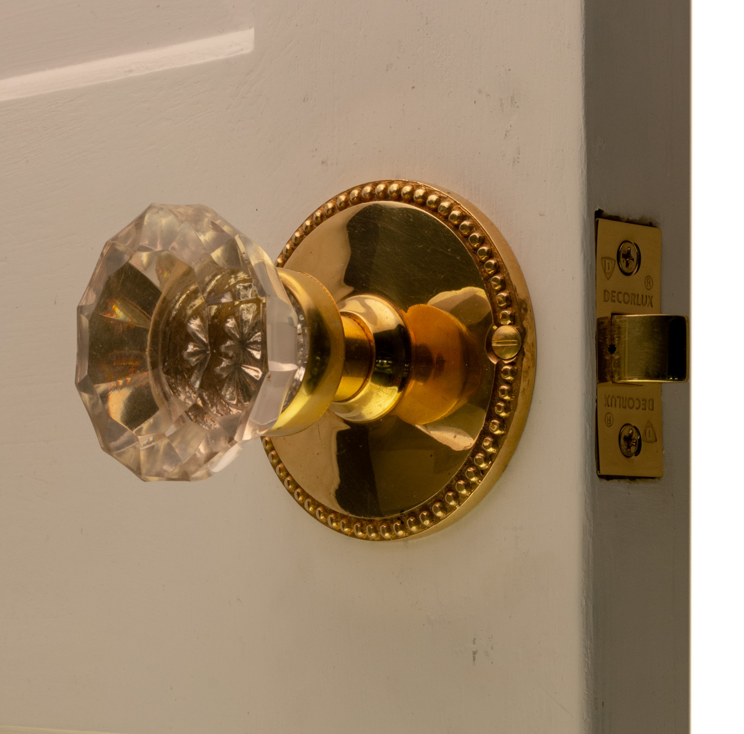 Picture of: Round Beaded Passage Set In Polished Brass With Glass Door Knobs The Kings Bay
